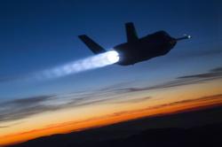 самолет в ночи с реактивным двигателем